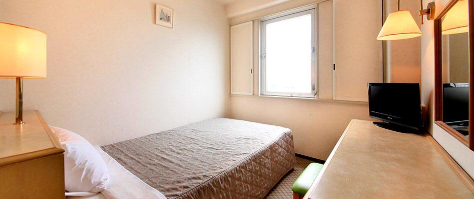 シングル全室セミダブルベッド、館内Wi-Fi・有線LAN完備